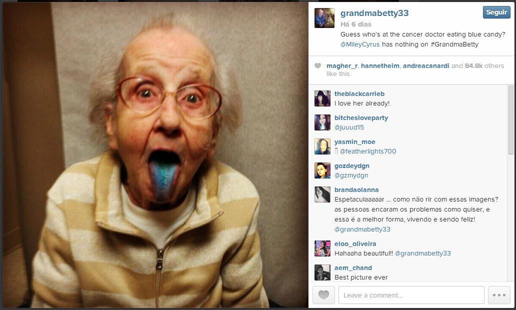 """""""Adivinha quem estava comendo doce azul no médico hoje? Miley Cyrus perde feio pra vovó!"""""""